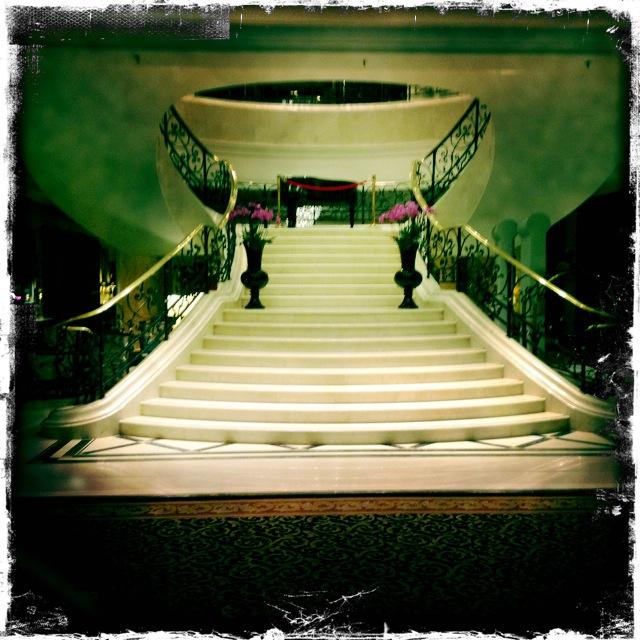 Hotel Ritz-Carlton Berlin, die Treppe im Eingang
