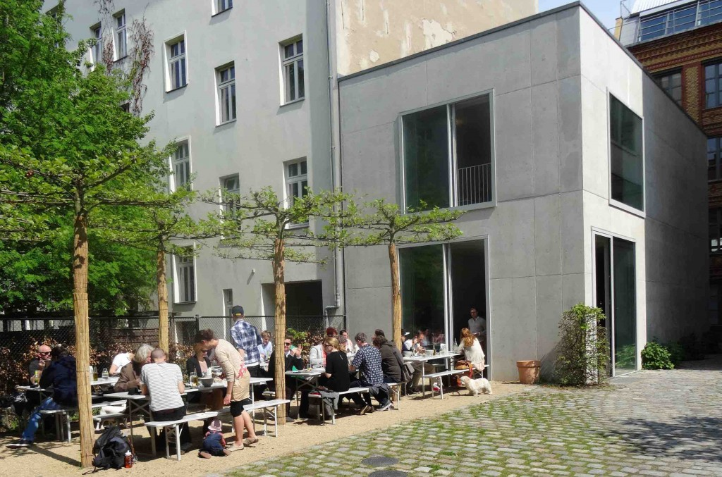 Chipperfield Kantine - Der Hinterhof im Sommer