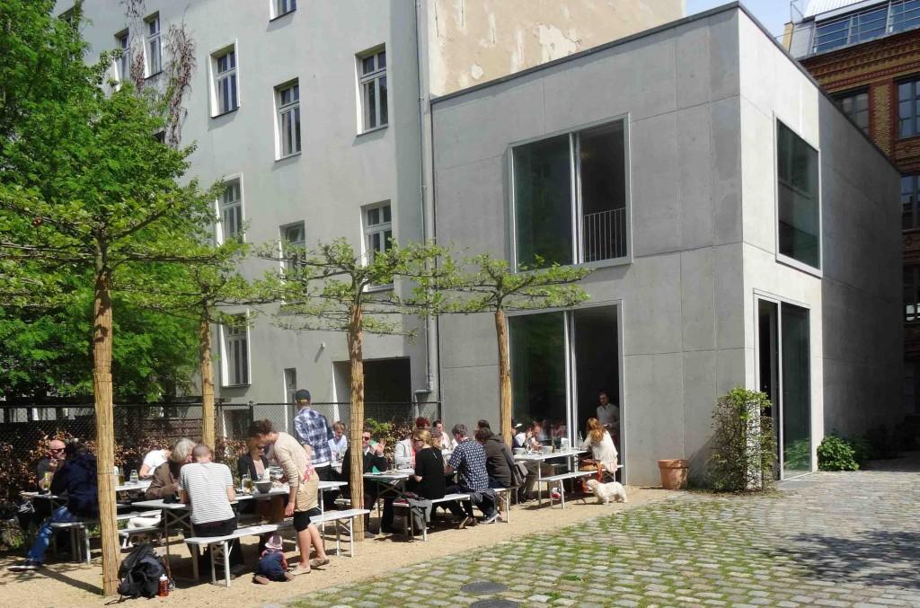 Chipperfield Kantine - Der Hinterhof im Sommer